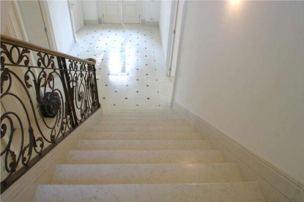 pavimento-e-scala-in-marmo-trattato-con-riflesso-star-600x400