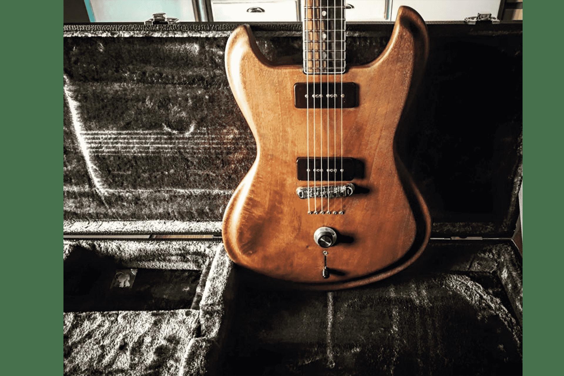 chitarra-trattata-con-olio-di-luna